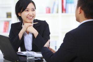Nhân viên nữ được sếp quan tâm thường bị chồng nghi ngờ